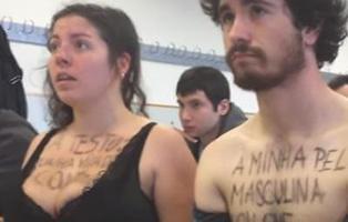 Protesta en sujetador en la Universidad de Santiago contra un profesor sexista
