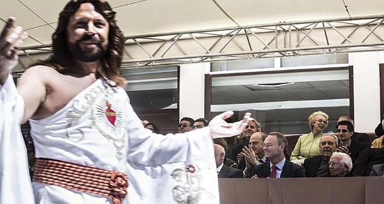 Ramón Fossati pasa delante de la Tribuna de Autoridades