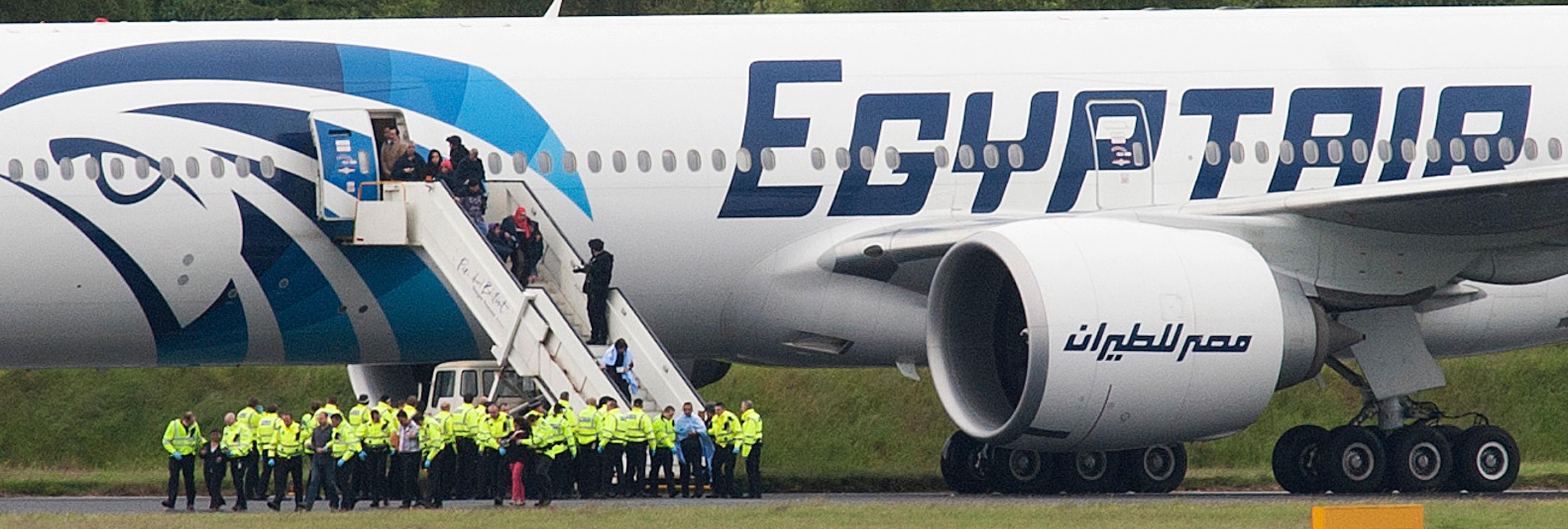 Un 'terrorista' con un 'cinturón de explosivos' secuestra un vuelo de Egyptair