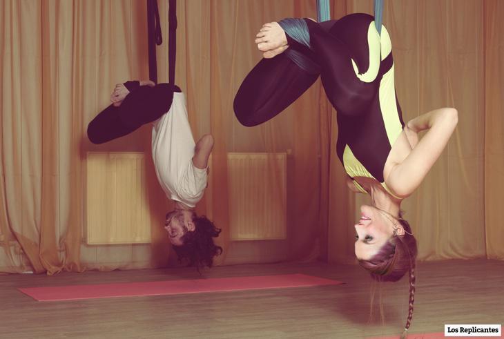 Leti haciendo yoga gravitacional con un compi yogui random