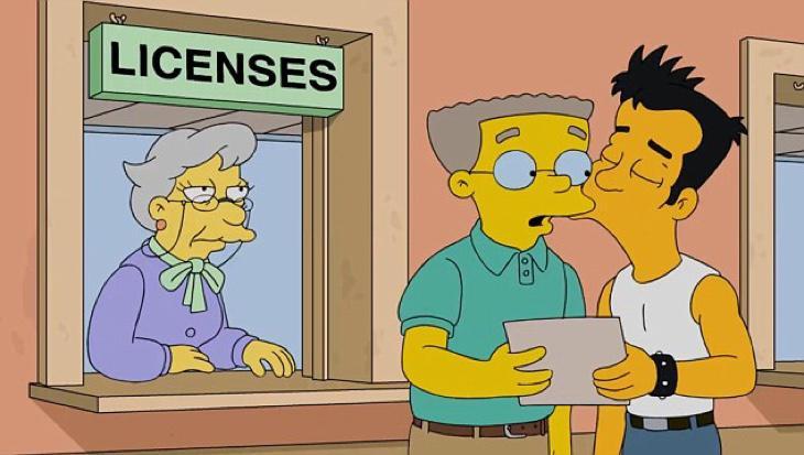 Smithers y Julio se conocen en una fiesta organizada por los Simpson