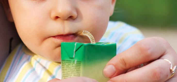 A menudo les damos estos zumos a los niños pensando que son sanos