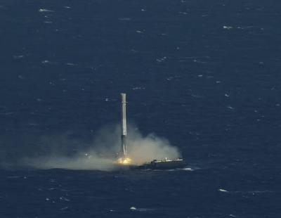SpaceX consigue por fin hacer aterrizar un cohete en el mar