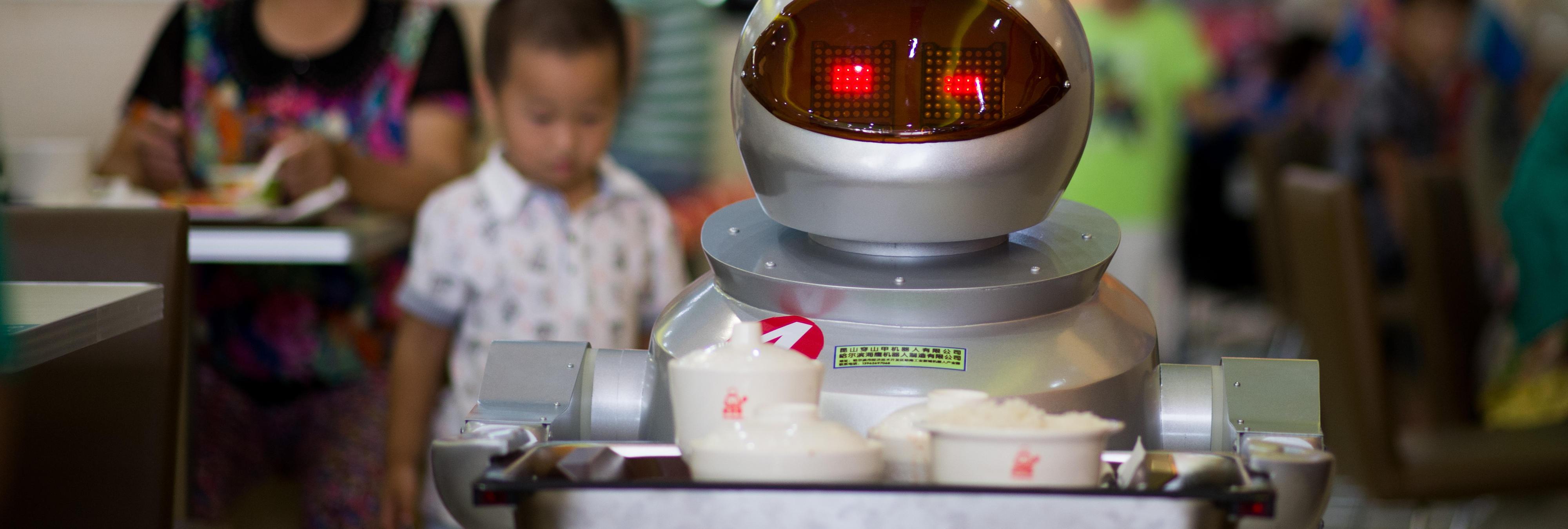 Contratan robots camareros y los despiden por bajo rendimiento