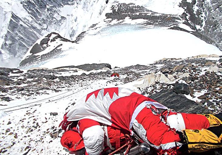 El cadáver de Shriya cubierto con la bandera canadiense