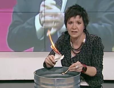 Una periodista quema la Constitución Española en TV3