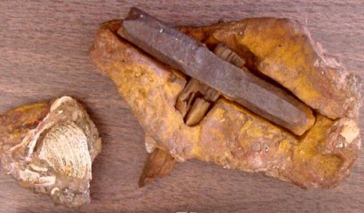 El martillo, roto, incrustado en la roca