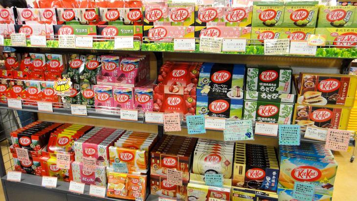 La típica estantería de Kit Kat en Japón