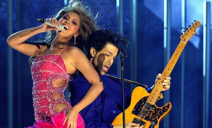 Prince actuando con Beyoncé en 2004.