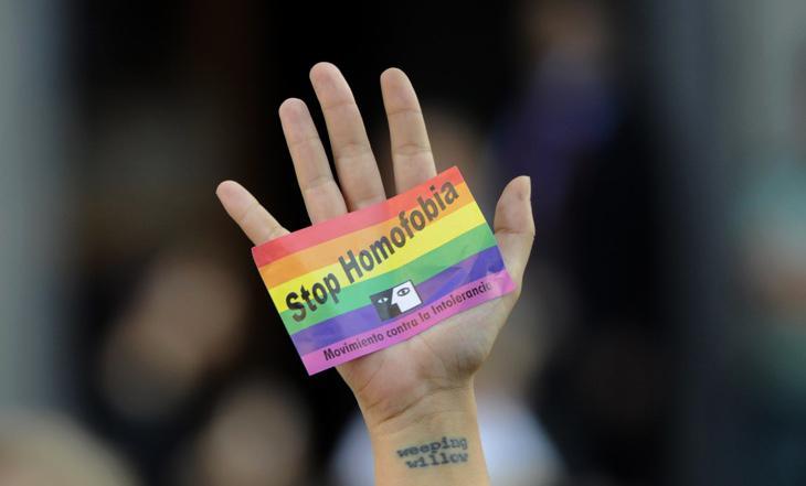 Una pegatina contra la homofobia en una manifestación