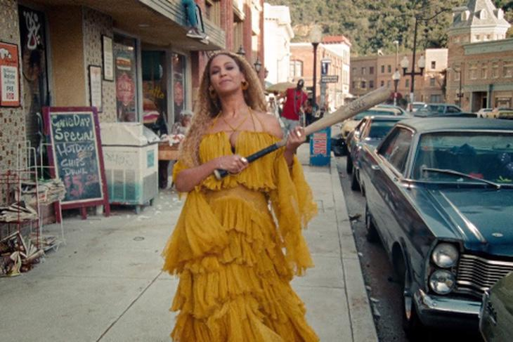 'Hot sauce in my bag' cantaba Beyoncé en 'Formation'. En el vídeo de 'Hold up' descubrimos que 'hot sauce' es un bate de béisbol donde destroza todo