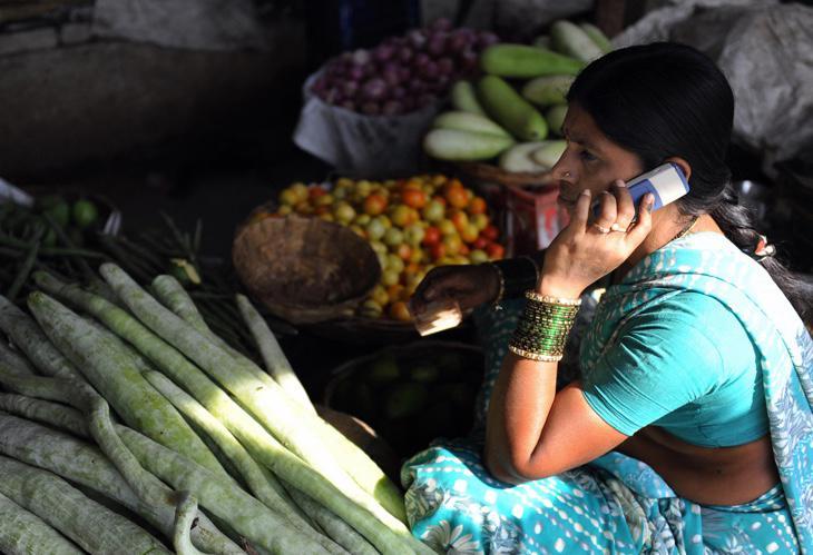 Una mujer india usa un teléfono