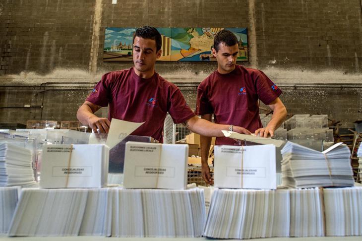 Jóvenes preparando las urnas