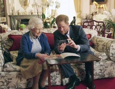 Isabel II y su nieto Enrique se ríen de los Obama en Twitter
