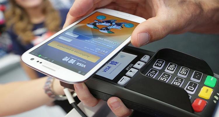 Una persona paga con su teléfono móvil