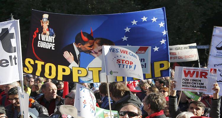Una pancarta muestra la alianza de Obama y Merkel en el TTIP