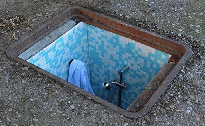 Un diminuto baño bajo tierra