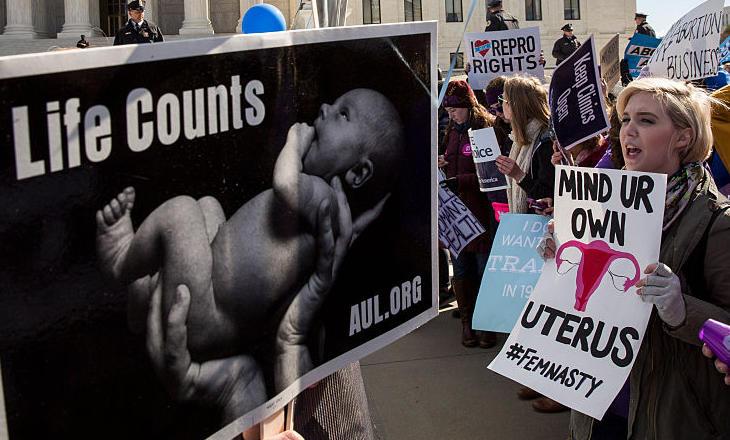 Manifestantes a favor y en contra del aborto frente al Tribunal Supremo de Washington