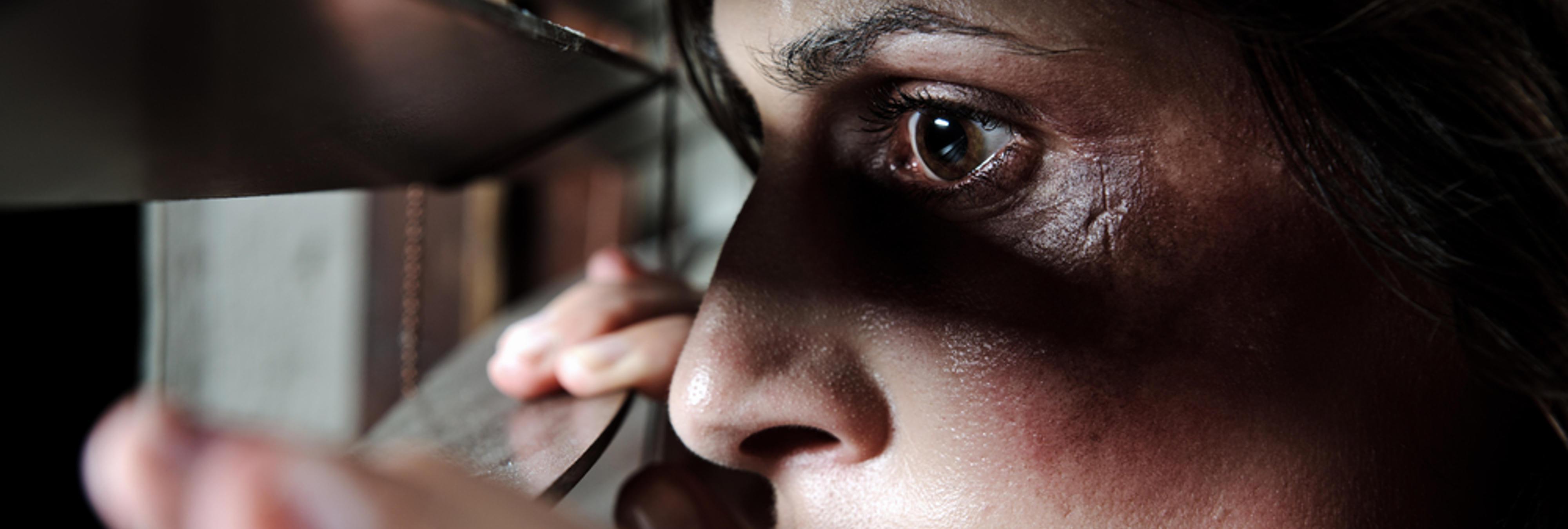 Una mujer maltratada es rescatada al pedir ayuda en los deberes de su hijo