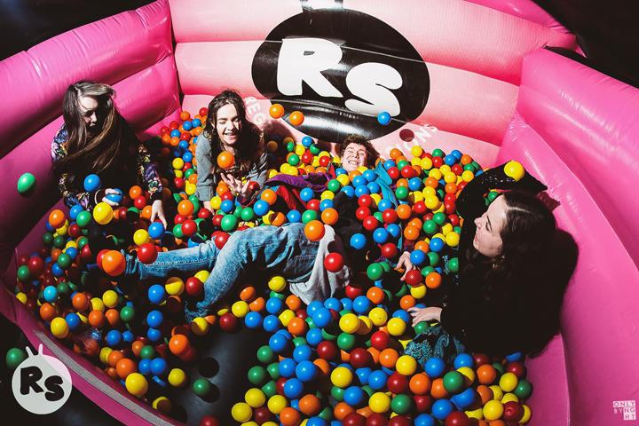 La discoteca con piscinas de bolas y castillos hinchables for Piscina de bolas minibe