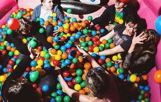La discoteca con piscinas de bolas y castillos hinchables que está triunfando en Reino Unido