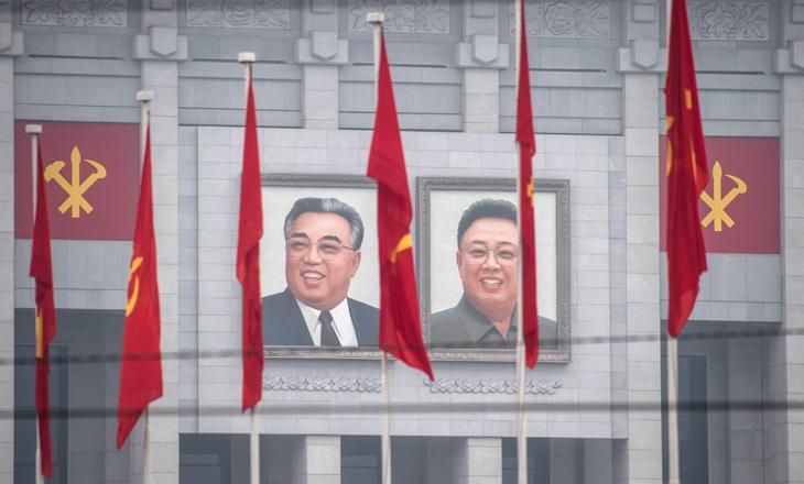 Retratos de Kim Il-sung y Kim Jon-il en las calles de Pyongyang