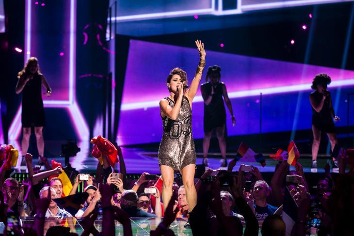 Las luces de los coros ya están apagadas. ¡Todo preparado para comentar #EurovisionTVE en directo!
