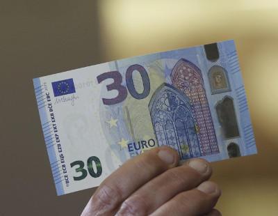 Un hombre paga con un billete de 30 euros y le devuelven el cambio