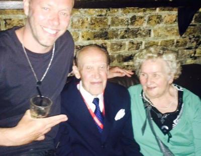 La entrañable pareja de ancianos que acabó siendo la sensación de una discoteca de Londres
