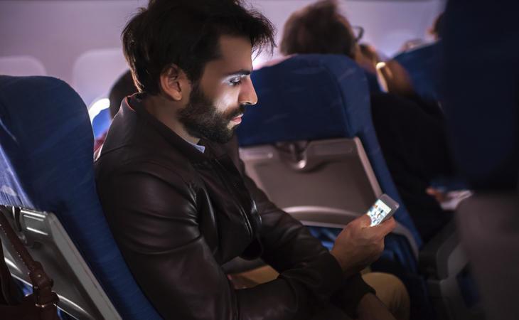 Cada vez más aerolíneas ofrecen Internet y llamadas durante los vuelos