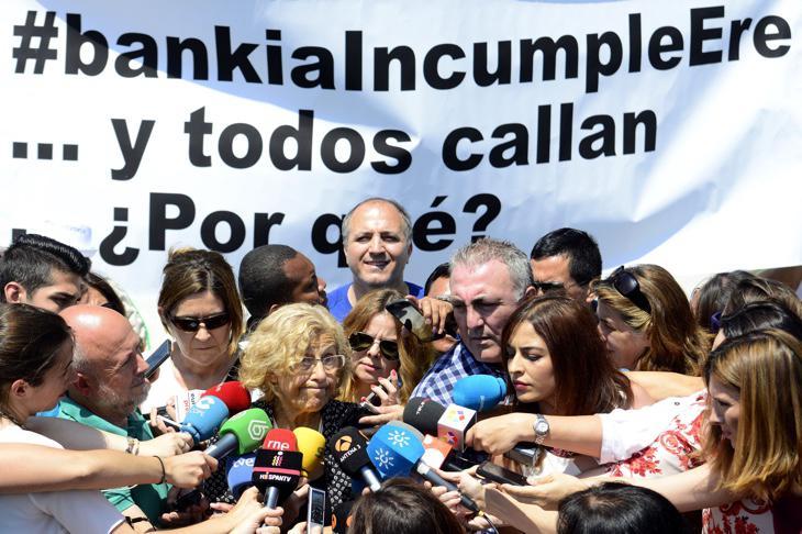 Manuela Carmena atendiendo a los medios tras reunirse con Bankia
