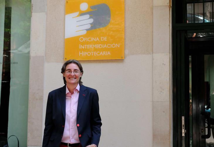 Marta Higueras, concejal de derechos sociales y empleo, en la Oficina de Intermediación Hipotecaria