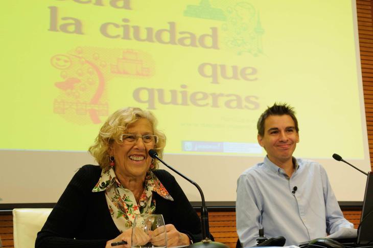 Pablo Soto, responsable del área de participación ciudadana y transparencia, junto a Carmena