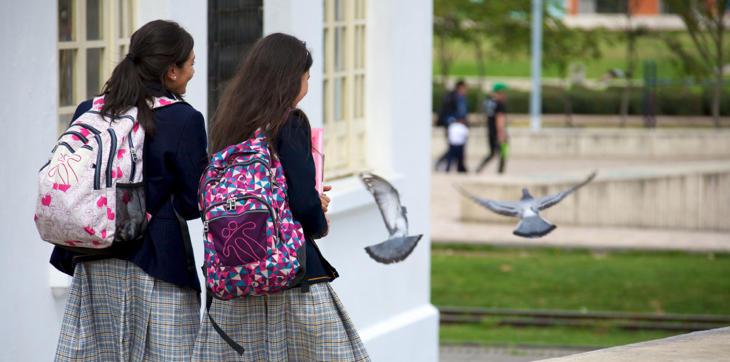 ¿Es obligatorio que un padre pague gastos extra durante los años de escuela concertada?
