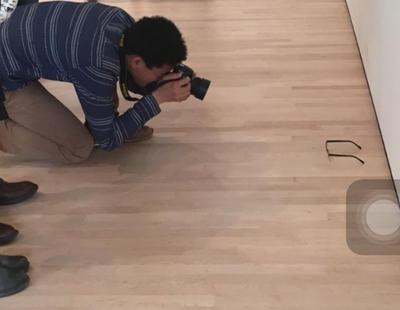 Puso unas gafas en el suelo del MoMA y la gente pensó que era arte