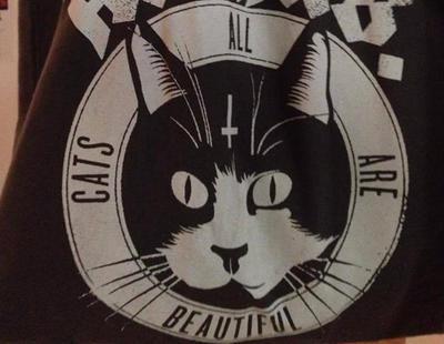 Multada por llevar un bolso con la cara de un gato, las consecuencias de la Ley Mordaza