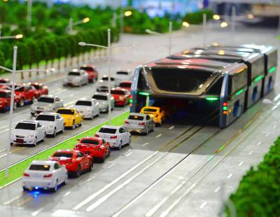 El autobús del futuro: circula sobre los coches y se 'come' los atascos