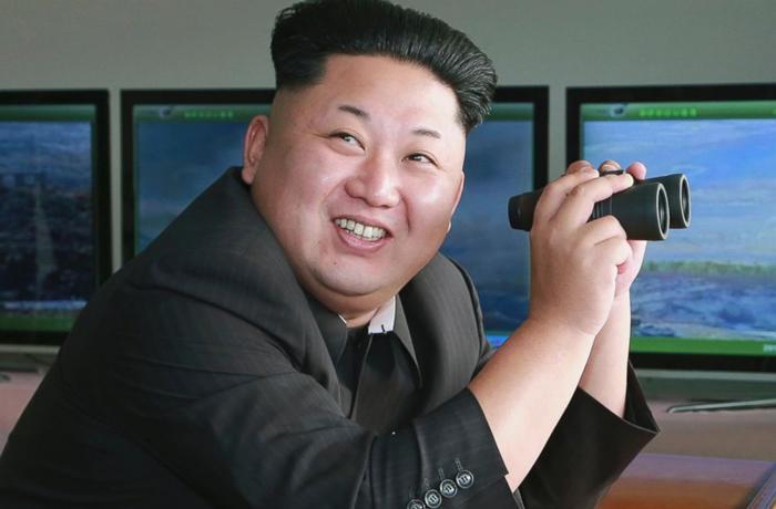 Kim jugando con los prismáticos