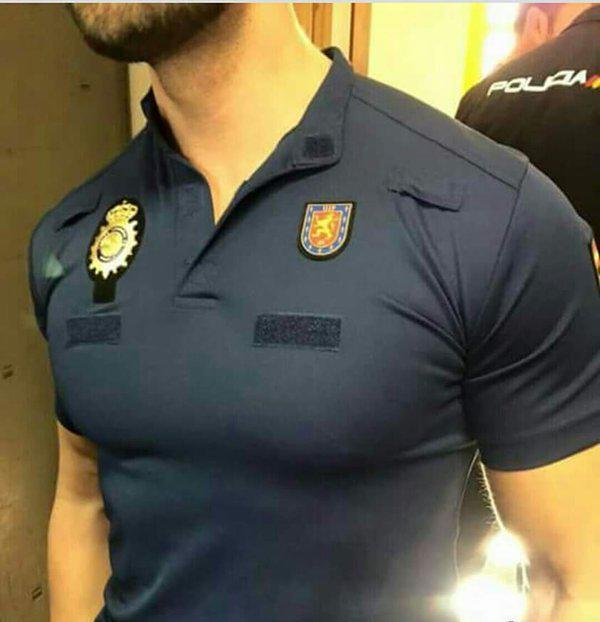 El nuevo polo 'favorece' la musculatura de los agentes (Fuente: Foro Policia)