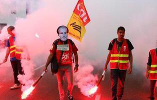 Francia, paralizada por una huelga indefinida silenciada en España