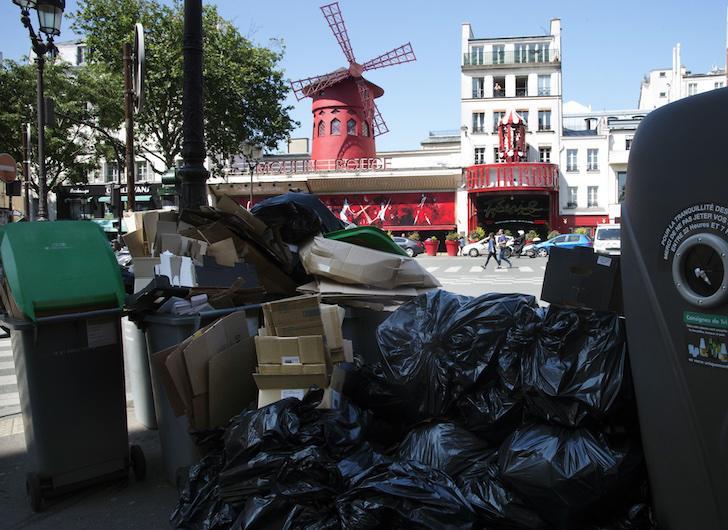 El Moulin Rouge de París, rodeado de basuras por la huelga de recogida