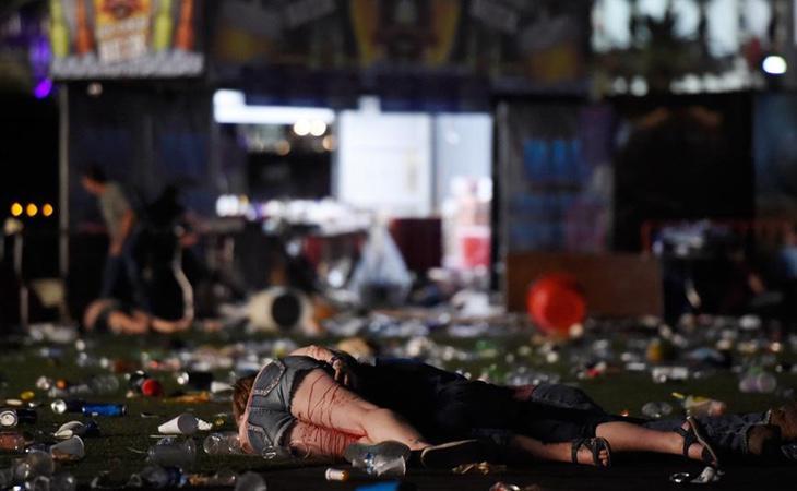 Personas sangrando yacen en el suelo tras los disparos