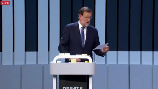 ¡Madre mía el atril de Rajoy, se va a quedar sin hueco para post-its! #Debate13J