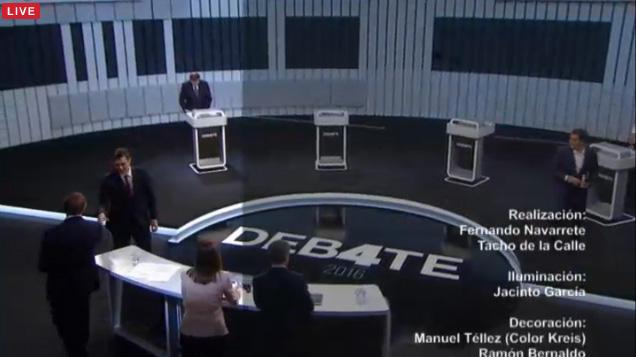 Rajoy, último en dejar el atril. ¡Tantos post-its no van a recogerse solos! #Debate13J
