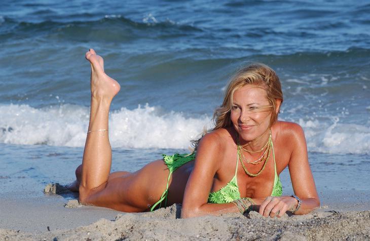 Ana posando en la playa como ella sabe hacer