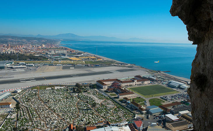 El aeropuerto de Gibraltar, visto desde la Roca