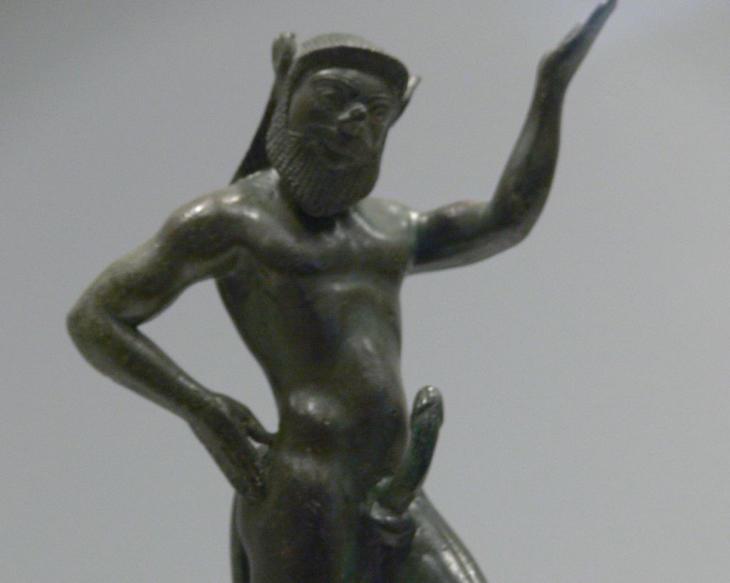 Los sátiros, figuras malignas, sí aparecen con penes grandes y erectos