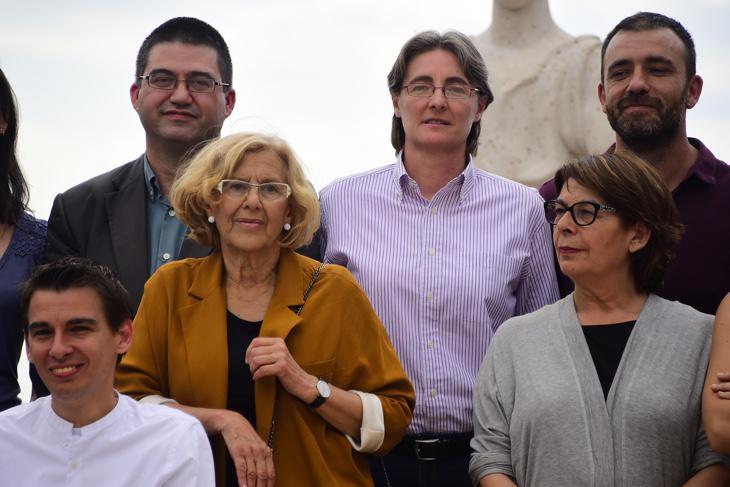 Parte del equipo de Carmena con el delegado de Hacienda, Sánchez Mato, en la zona superior izquierda