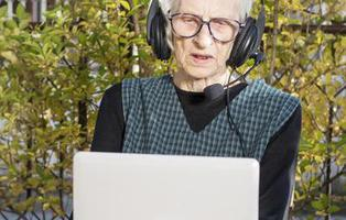 La educada anciana que navega por Internet ganándose el cariño de Google