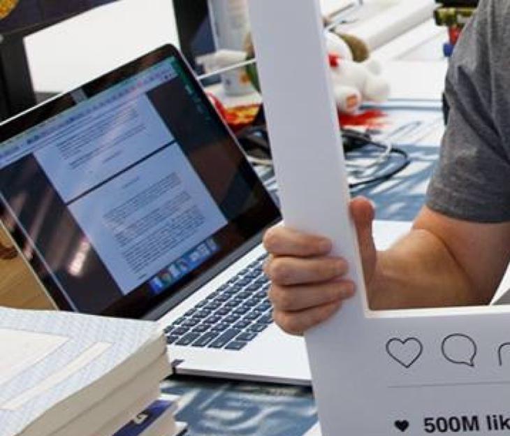 El portátil de Zuckerberg con la cámara y el micro tapados